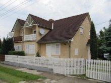 Apartament Balatonkeresztúr, KE-03: Casă de vacanță pentru 8-12 persoane cu grădină frumoasă