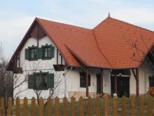 Cabană Husasău de Tinca, Casa de oaspeți Pávatollas