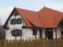 Cabană Topești, Casa de oaspeți Pávatollas