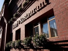 Hotel Vâlcele (Târgu Ocna), Hotel și Restaurant Gondűző
