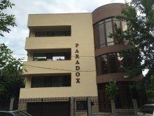 Szállás Lazu, Paradox Hotel