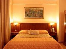 Hotel Hegyköztóttelek (Tăutelec), Maxim Hotel